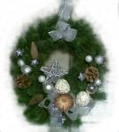 Striebornobiely závesný vianočný veniec