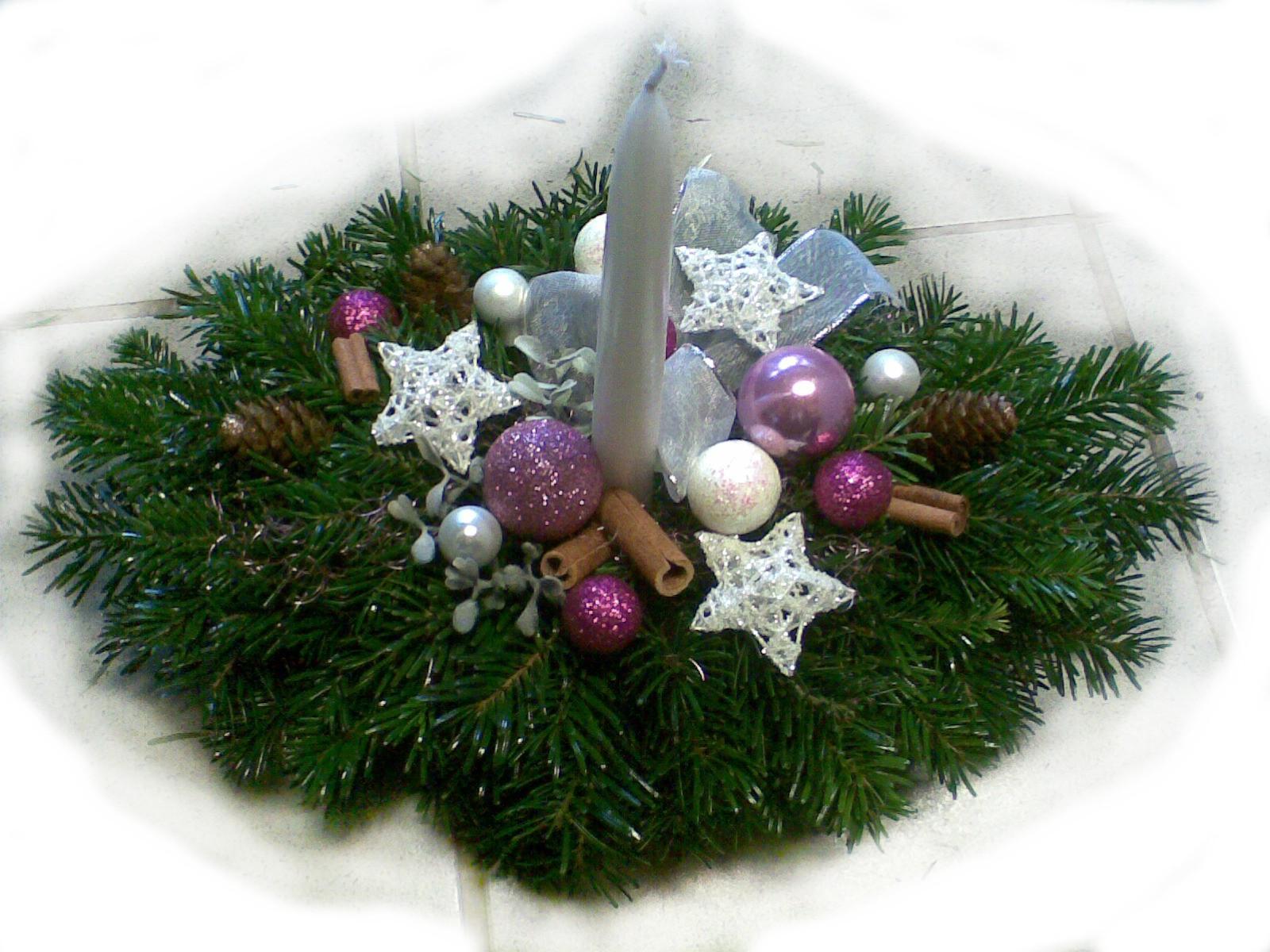Bieloružový vianočný aranžmán
