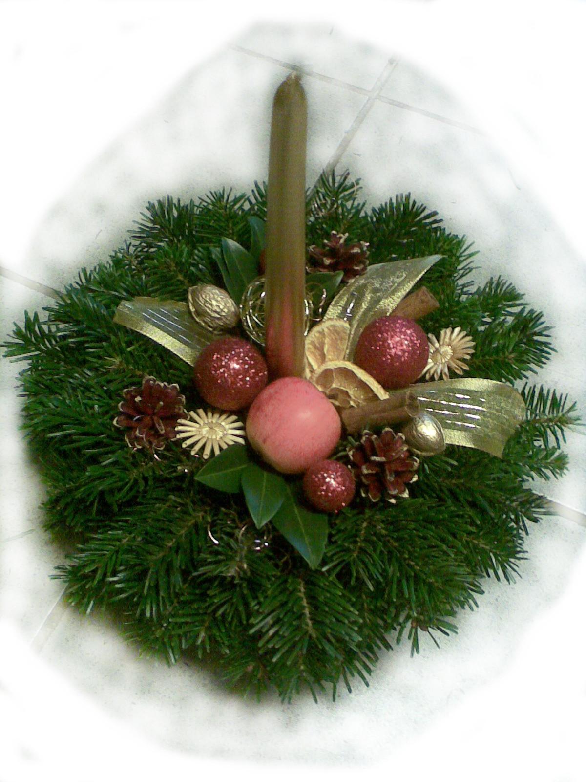 Zlatomedený vianočný aranžmán