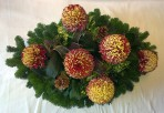 Oválny aranžmán s bordovožltými chryzantémami