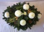 Oválny aranžmán s bielymi chryzantémami