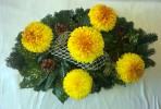 Oválny aranžmán so žltooranžovými chryzantémami
