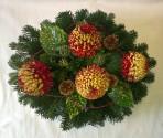 Okrúhly aranžmán s bordovožltými chryzantémami