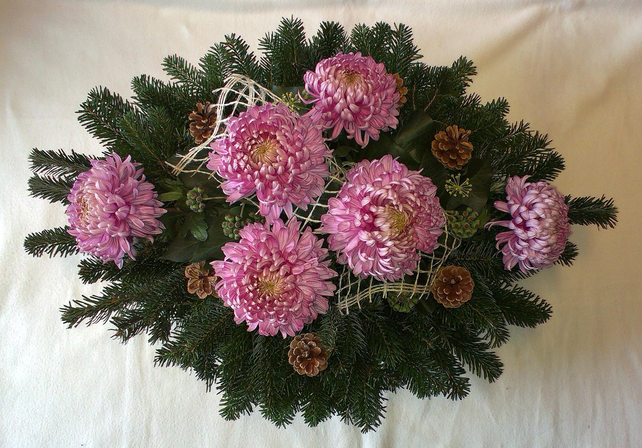 Fialový oválny aranžmán s chryzantémami