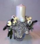 Biely vianočný aranžmán s kamienkami
