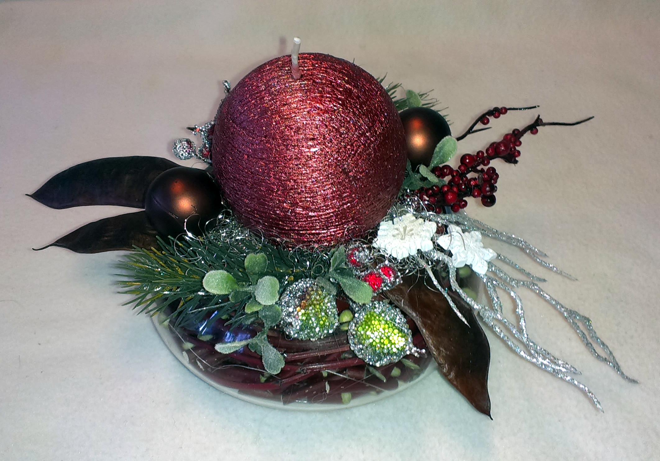 Bordovohnedý vianočný aranžmán v skle