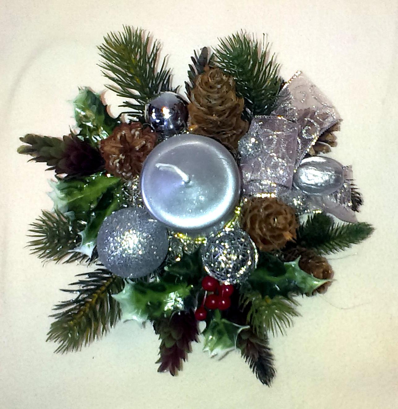 Strieborný vianočný aranžmán v keramike