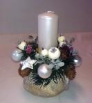 Biely vianočný aranžmán na kameni