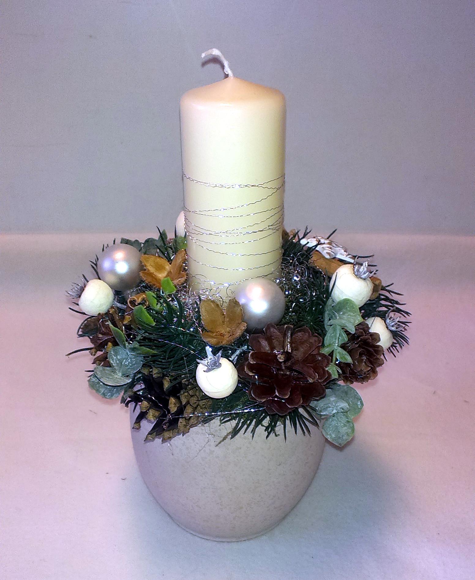 Biely vianočný aranžmán v keramike