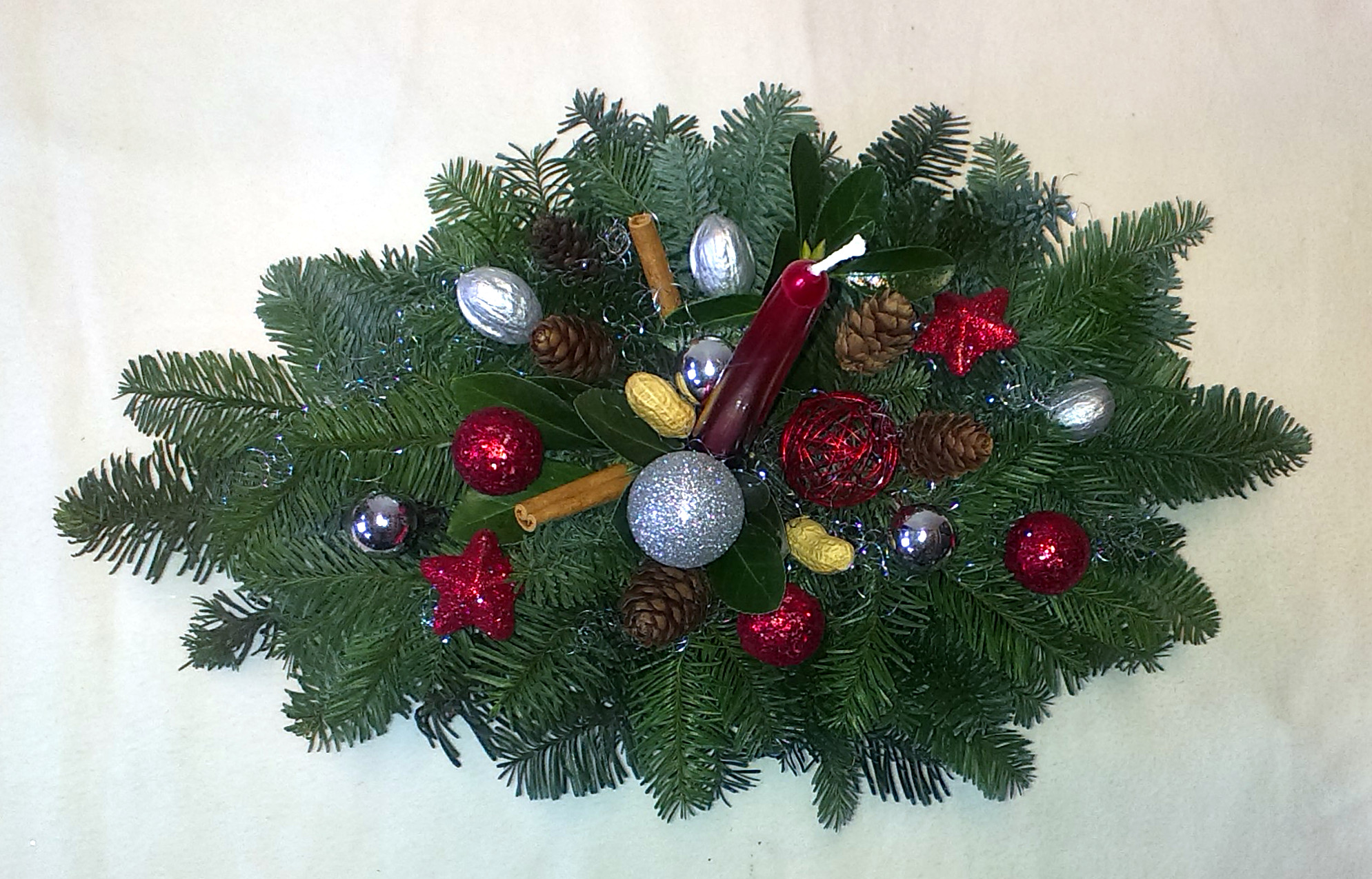 Striebornobordový vianočný oválny aranžmán