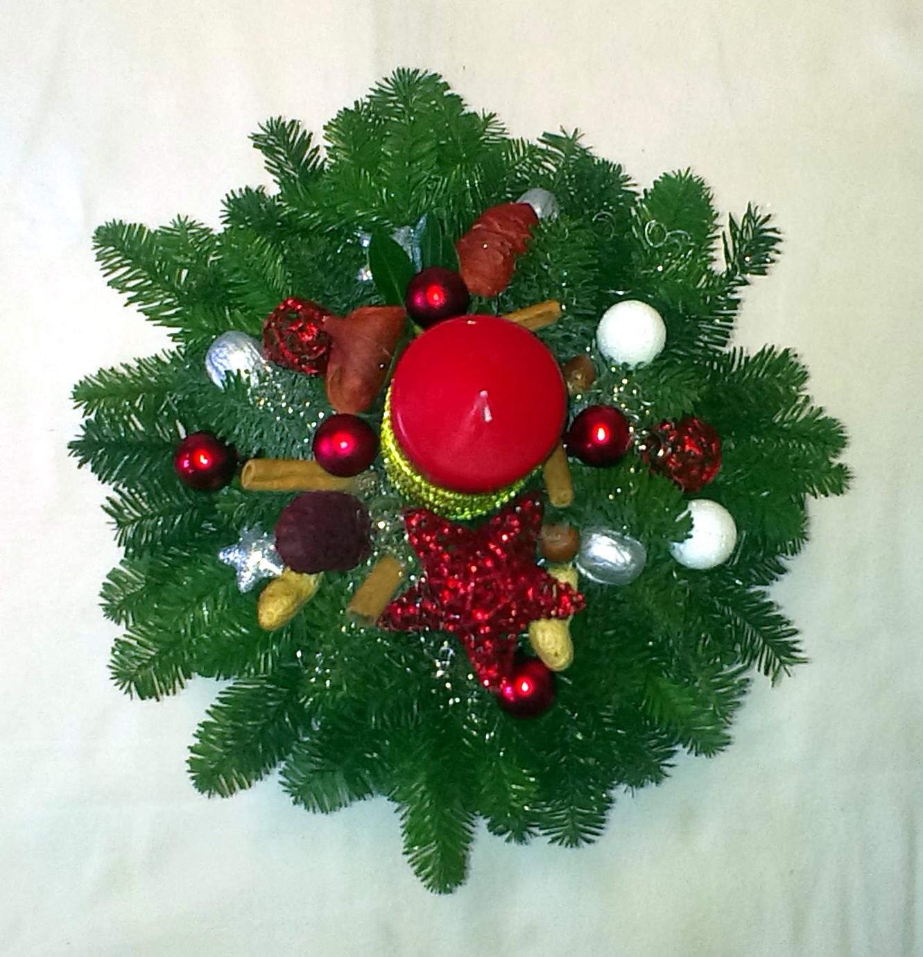Červený vysoký vianočný aranžmán