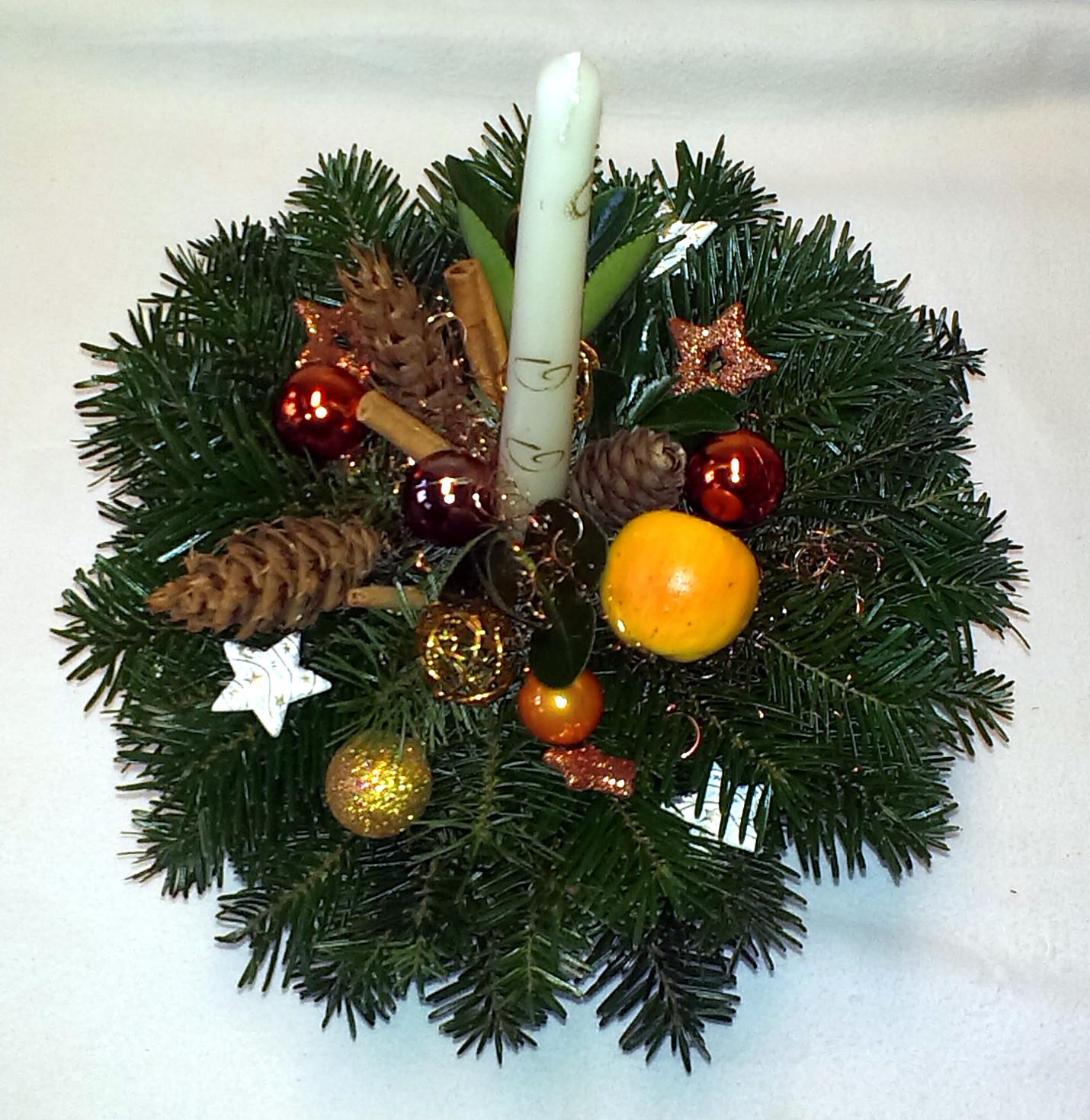 Jemne farebný vianočný aranžmán